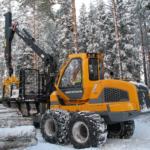 forvarder FR68 tõstab palke lumises metsas